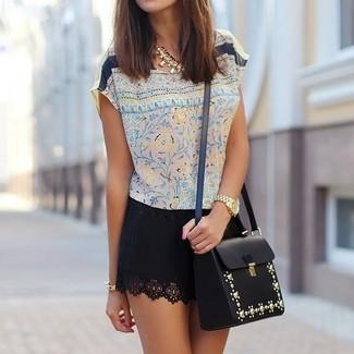 Wie kombinieren: hellbeige Kurzarmbluse aus Seide mit Blumenmuster, schwarzer Minirock, schwarze verzierte Leder Umhängetasche, goldene Halskette
