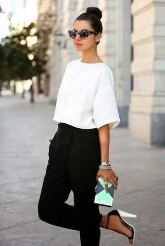 Wie kombinieren: weiße Kurzarmbluse, schwarze Karottenhose, weiße und schwarze Leder Sandaletten, mintgrüne Leder Clutch mit geometrischen Mustern