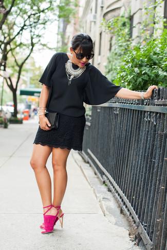 Wie kombinieren: schwarze Kurzarmbluse aus Chiffon, schwarzer Spitze Minirock, fuchsia Wildleder Sandaletten, schwarze gesteppte Leder Clutch