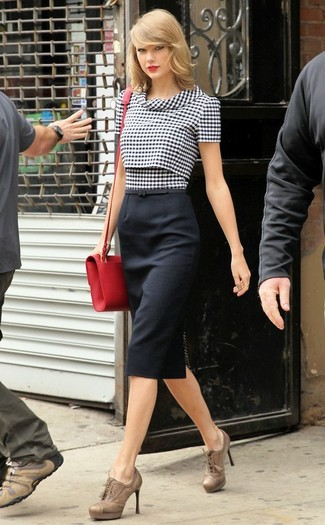 Taylor Swift trägt Schwarze und weiße Kurzarmbluse mit Vichy-Muster, Schwarzer Bleistiftrock, Beige Schnürstiefeletten aus Leder, Rote Leder Umhängetasche