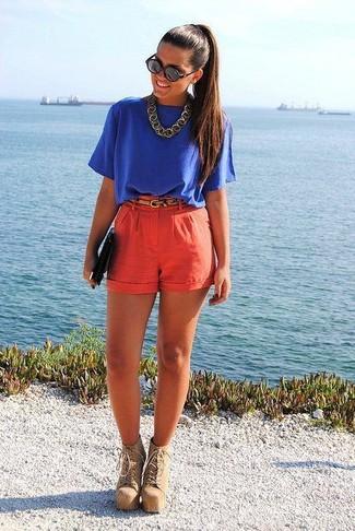 Blaue Kurzarmbluse kombinieren – 15 Damen Outfits: Probieren Sie die Kombination aus einer blauen Kurzarmbluse und roten Shorts für einen glamurösen Freizeit-Look. Fühlen Sie sich mutig? Komplettieren Sie Ihr Outfit mit beige Schnürstiefeletten aus Wildleder.