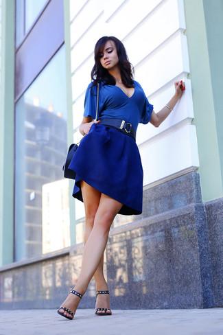 Blaue Kurzarmbluse kombinieren – 15 Damen Outfits: Möchten Sie einen entspannten Look schaffen, ist diese Kombi aus einer blauen Kurzarmbluse und einem blauen Skaterrock Ihre Wahl. Vervollständigen Sie Ihr Look mit schwarzen beschlagenen Leder Sandaletten.