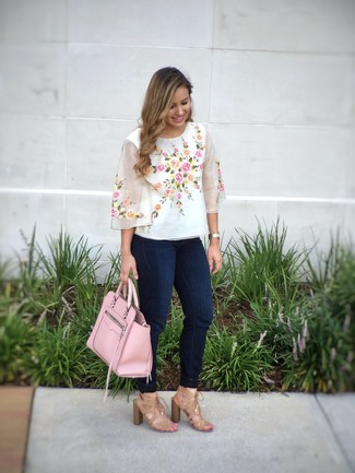 Wie kombinieren: weiße bestickte Kurzarmbluse, dunkelblaue enge Jeans, beige Wildleder Sandaletten, rosa Shopper Tasche aus Leder