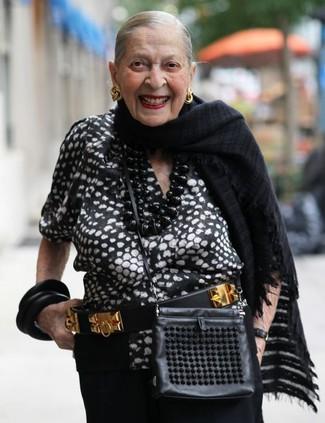 Damen Outfits & Modetrends: Tragen Sie eine schwarze und weiße bedruckte Kurzarmbluse zu einer schwarzen weiter Hose, um einen lässigen Look zu erhalten.