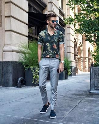 Wie kombinieren: dunkelgrünes Kurzarmhemd mit Blumenmuster, graue Anzughose, dunkelblaue Doppelmonks aus Wildleder, blaue Sonnenbrille
