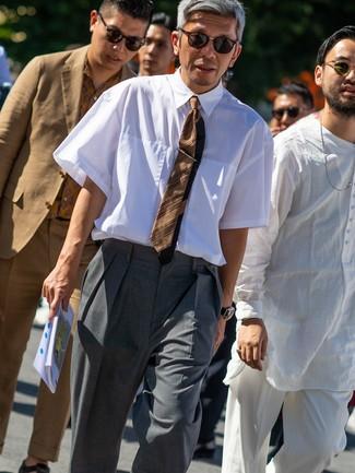 Wie kombinieren: weißes Kurzarmhemd, graue Anzughose, braune horizontal gestreifte Krawatte, dunkelbraune Sonnenbrille