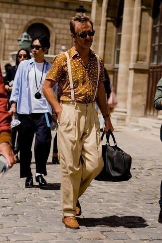 Hosenträger kombinieren – 121 Smart-Casual Herren Outfits: Kombinieren Sie ein rotbraunes bedrucktes Kurzarmhemd mit einem Hosenträger für einen entspannten Wochenend-Look. Machen Sie Ihr Outfit mit rotbraunen Leder Mokassins eleganter.