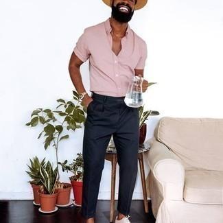 Hut kombinieren – 1200+ Herren Outfits: Ein rosa Kurzarmhemd und ein Hut sind eine ideale Outfit-Formel für Ihre Sammlung. Fühlen Sie sich mutig? Komplettieren Sie Ihr Outfit mit weißen Segeltuch niedrigen Sneakers.