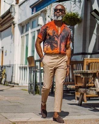Beige Anzughose kombinieren: trends 2020: Paaren Sie ein orange bedrucktes Kurzarmhemd mit einer beige Anzughose, um einen modischen Freizeitlook zu kreieren. Putzen Sie Ihr Outfit mit dunkelbraunen Wildleder Slippern.