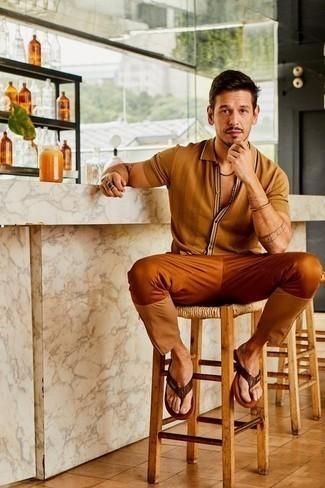 Goldenes Armband kombinieren: trends 2020: Für ein bequemes Couch-Outfit, kombinieren Sie ein beige Kurzarmhemd mit einem goldenen Armband. Fühlen Sie sich ideenreich? Entscheiden Sie sich für dunkelbraunen Leder Zehensandalen.