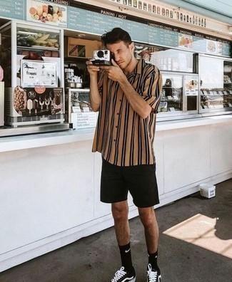 Herren Outfits & Modetrends 2020 für Sommer: Entscheiden Sie sich für ein beige vertikal gestreiftes Kurzarmhemd und schwarzen Shorts, um mühelos alles zu meistern, was auch immer der Tag bringen mag. Schwarze und weiße Segeltuch niedrige Sneakers sind eine ideale Wahl, um dieses Outfit zu vervollständigen. Schon ergibt sich ein stylisches Sommer-Outfit.