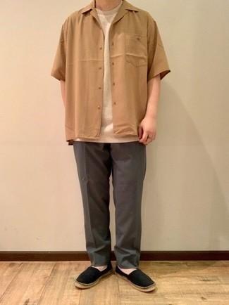Dunkelgraue Chinohose kombinieren – 500+ Sommer Herren Outfits: Kombinieren Sie ein beige Kurzarmhemd mit einer dunkelgrauen Chinohose, um mühelos alles zu meistern, was auch immer der Tag bringen mag. Vervollständigen Sie Ihr Look mit schwarzen Segeltuch Espadrilles. Genau das richtige für den Sommer.