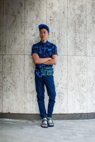 Wie kombinieren: blaues Kurzarmhemd mit geometrischen Mustern, blaue Cargohose, mintgrüne Ledersandalen, blaue Baseballkappe