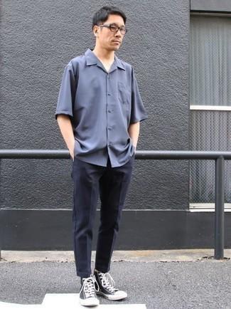 Blaues Kurzarmhemd kombinieren: trends 2020: Kombinieren Sie ein blaues Kurzarmhemd mit einer dunkelblauen Chinohose für ein großartiges Wochenend-Outfit. Dunkelblaue und weiße hohe Sneakers aus Segeltuch leihen Originalität zu einem klassischen Look.
