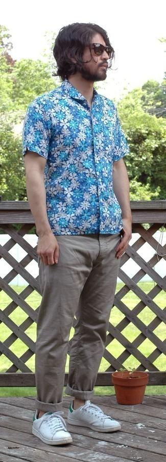 Weiße und grüne Leder niedrige Sneakers kombinieren – 30 Sommer Herren Outfits: Kombinieren Sie ein blaues Kurzarmhemd mit Blumenmuster mit einer grauen Chinohose für ein großartiges Wochenend-Outfit. Dieses Outfit passt hervorragend zusammen mit weißen und grünen Leder niedrigen Sneakers. Schon mal so einen stylischen Sommer-Outfit gesehen?