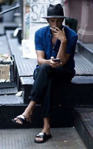 Blaues Kurzarmhemd kombinieren: trends 2020: Kombinieren Sie ein blaues Kurzarmhemd mit einer schwarzen Chinohose, um mühelos alles zu meistern, was auch immer der Tag bringen mag. Wenn Sie nicht durch und durch formal auftreten möchten, entscheiden Sie sich für schwarzen und weißen bedruckten Ledersandalen.