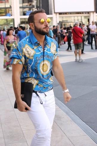 blaues bedrucktes Kurzarmhemd, weiße Jeans, goldene Sonnenbrille, silberne Uhr für Herren