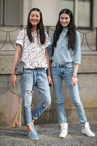 Graue Umhängetasche kombinieren – 238 Damen Outfits: Kombinieren Sie ein weißes Kurzarmhemd mit Blumenmuster mit einer grauen Umhängetasche, um ein aufregenden Casual-Outfit zu schaffen. Hellblaue Slip-On Sneakers fügen sich nahtlos in einer Vielzahl von Outfits ein.