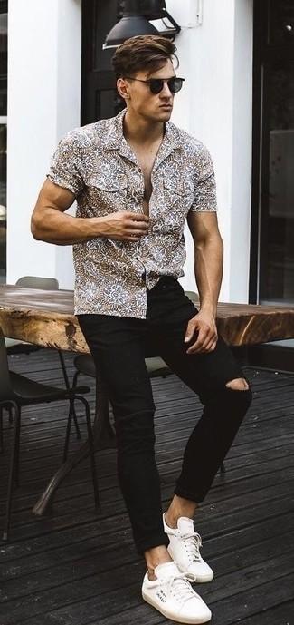 Wie kombinieren: braunes bedrucktes Kurzarmhemd, schwarze enge Jeans mit Destroyed-Effekten, weiße Segeltuch niedrige Sneakers, schwarze Sonnenbrille