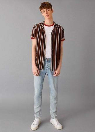 Leder niedrige Sneakers kombinieren: trends 2020: Vereinigen Sie ein braunes vertikal gestreiftes Kurzarmhemd mit hellblauen Jeans für ein Alltagsoutfit, das Charakter und Persönlichkeit ausstrahlt. Leder niedrige Sneakers fügen sich nahtlos in einer Vielzahl von Outfits ein.