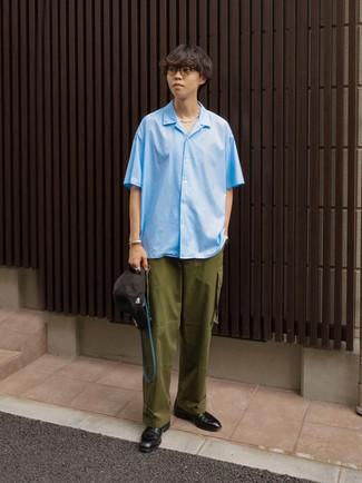 Teenager: Transparente Sonnenbrille kombinieren – 155 Herren Outfits: Tragen Sie ein hellblaues Kurzarmhemd und eine transparente Sonnenbrille für einen entspannten Wochenend-Look. Fühlen Sie sich ideenreich? Komplettieren Sie Ihr Outfit mit schwarzen Leder Derby Schuhen.