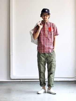 Weiße Shopper Tasche aus Segeltuch kombinieren – 288 Herren Outfits: Für ein bequemes Couch-Outfit, erwägen Sie das Tragen von einem mehrfarbigen Kurzarmhemd mit Schottenmuster und einer weißen Shopper Tasche aus Segeltuch. Weiße Slip-On Sneakers aus Segeltuch bringen Eleganz zu einem ansonsten schlichten Look.