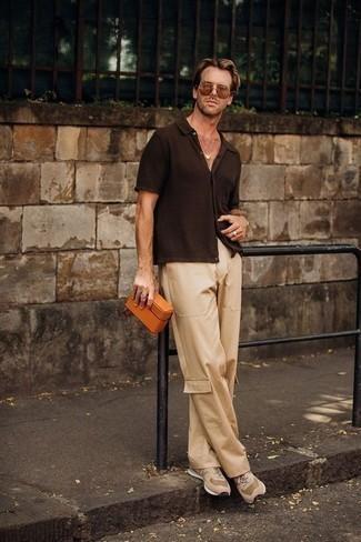 Braune Sonnenbrille kombinieren: trends 2020: Kombinieren Sie ein dunkelbraunes Kurzarmhemd mit einer braunen Sonnenbrille für einen entspannten Wochenend-Look. Komplettieren Sie Ihr Outfit mit hellbeige Sportschuhen.