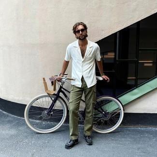 Casual Outfits Herren 2020: Erwägen Sie das Tragen von einem weißen Kurzarmhemd und einer olivgrünen Cargohose für ein Alltagsoutfit, das Charakter und Persönlichkeit ausstrahlt. Warum kombinieren Sie Ihr Outfit für einen legereren Auftritt nicht mal mit dunkelblauen Sportschuhen?