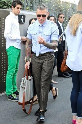 Nick Wooster trägt Hellblaues Kurzarmhemd, Olivgrüne Chinohose mit Blumenmuster, Schwarze Chukka-Stiefel aus Leder, Graue Shopper Tasche aus Segeltuch
