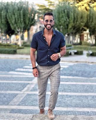 Wie kombinieren: dunkelblaues und weißes gepunktetes Kurzarmhemd, graue Chinohose mit Schottenmuster, hellbeige Wildleder Derby Schuhe, graue Sonnenbrille
