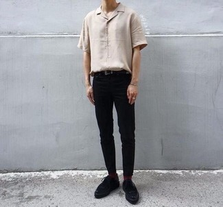 Jungenmode für Teenager 2020: Vereinigen Sie ein hellbeige Kurzarmhemd mit einer schwarzen Chinohose für ein bequemes Outfit, das außerdem gut zusammen passt. Heben Sie dieses Ensemble mit schwarzen Wildleder Derby Schuhen hervor.
