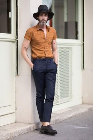 Dunkelgrauen Wollhut kombinieren: trends 2020: Entscheiden Sie sich für Komfort in einem orange bedruckten Kurzarmhemd und einem dunkelgrauen Wollhut. Fühlen Sie sich mutig? Wählen Sie schwarzen Leder Derby Schuhe.