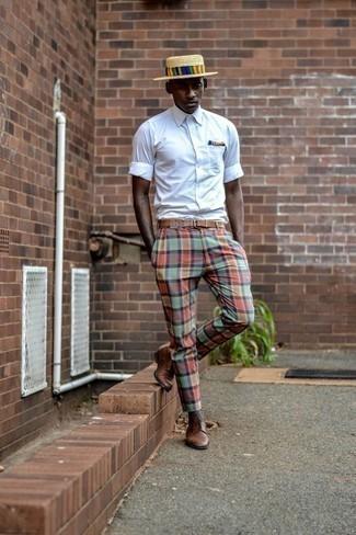 Braune Leder Derby Schuhe kombinieren: trends 2020: Paaren Sie ein weißes Kurzarmhemd mit einer mehrfarbigen Chinohose mit Schottenmuster, um einen lockeren, aber dennoch stylischen Look zu erhalten. Fühlen Sie sich mutig? Vervollständigen Sie Ihr Outfit mit braunen Leder Derby Schuhen.