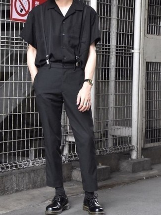 Hosenträger kombinieren – 121 Smart-Casual Herren Outfits: Ein schwarzes Kurzarmhemd und ein Hosenträger vermitteln eine sorglose und entspannte Atmosphäre. Ergänzen Sie Ihr Outfit mit schwarzen klobigen Leder Derby Schuhen, um Ihr Modebewusstsein zu zeigen.