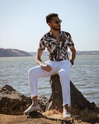 Dunkelbraune Lederuhr kombinieren – 500+ Herren Outfits: Paaren Sie ein weißes Kurzarmhemd mit Blumenmuster mit einer dunkelbraunen Lederuhr für einen entspannten Wochenend-Look. Machen Sie Ihr Outfit mit grauen horizontal gestreiften Segeltuch Espadrilles eleganter.