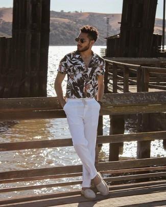Dunkelbraune Lederuhr kombinieren – 500+ Herren Outfits: Ein weißes Kurzarmhemd mit Blumenmuster und eine dunkelbraune Lederuhr sind eine perfekte Outfit-Formel für Ihre Sammlung. Ergänzen Sie Ihr Outfit mit grauen horizontal gestreiften Segeltuch Espadrilles, um Ihr Modebewusstsein zu zeigen.