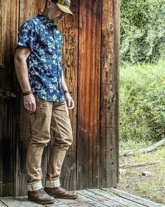 Braune Chinohose kombinieren – 500+ Herren Outfits: Kombinieren Sie ein dunkelblaues Kurzarmhemd mit Blumenmuster mit einer braunen Chinohose, um einen lockeren, aber dennoch stylischen Look zu erhalten. Eine dunkelbraune Lederfreizeitstiefel sind eine einfache Möglichkeit, Ihren Look aufzuwerten.