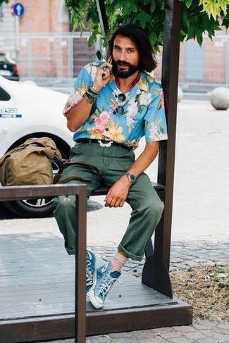 Wie kombinieren: blaues Kurzarmhemd mit Blumenmuster, dunkelgrüne Chinohose, blaue hohe Sneakers aus Segeltuch, olivgrüne Shopper Tasche aus Segeltuch