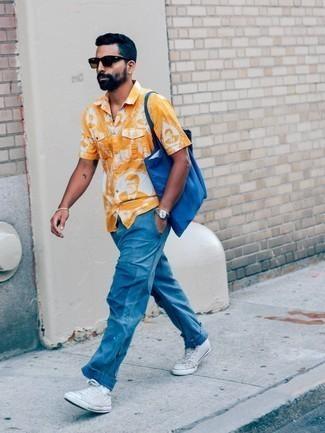 Goldenes Armband kombinieren – 500+ Herren Outfits: Für ein bequemes Couch-Outfit, kombinieren Sie ein orange bedrucktes Kurzarmhemd mit einem goldenen Armband. Fühlen Sie sich ideenreich? Wählen Sie weißen hohe Sneakers aus Segeltuch.