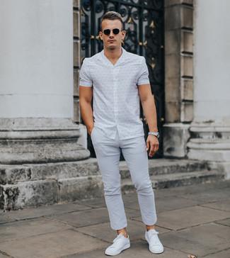Wie kombinieren: weißes bedrucktes Kurzarmhemd, graue Chinohose, weiße niedrige Sneakers, schwarze Sonnenbrille