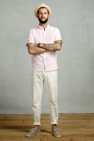 Wie kombinieren: rosa Kurzarmhemd, weiße Chinohose, olivgrüne Segeltuch niedrige Sneakers, beige Strohhut