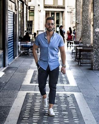 Wie kombinieren: hellblaues Kurzarmhemd, dunkelblaue vertikal gestreifte Chinohose, weiße niedrige Sneakers, graue Sonnenbrille