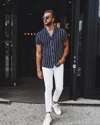 Wie kombinieren: dunkelblaues und weißes vertikal gestreiftes Kurzarmhemd, weiße Chinohose, weiße Leder niedrige Sneakers, schwarze Sonnenbrille