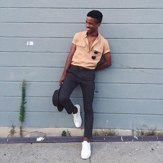 Dunkelgrauen Wollhut kombinieren: trends 2020: Für ein bequemes Couch-Outfit, paaren Sie ein orange Kurzarmhemd mit einem dunkelgrauen Wollhut. Komplettieren Sie Ihr Outfit mit weißen niedrigen Sneakers, um Ihr Modebewusstsein zu zeigen.