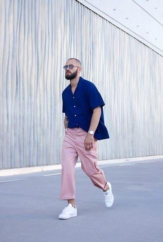 Blaues Kurzarmhemd kombinieren: trends 2020: Tragen Sie ein blaues Kurzarmhemd und eine rosa Chinohose für einen bequemen Alltags-Look. Weiße Leder niedrige Sneakers fügen sich nahtlos in einer Vielzahl von Outfits ein.