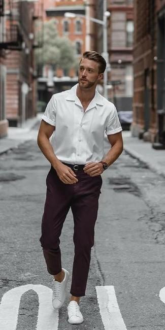 Dunkellila Chinohose kombinieren – 40 Herren Outfits: Entscheiden Sie sich für ein weißes Kurzarmhemd und eine dunkellila Chinohose für einen bequemen Alltags-Look. Weiße Leder niedrige Sneakers sind eine ideale Wahl, um dieses Outfit zu vervollständigen.
