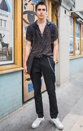 Dunkelblauen Segeltuch Rucksack kombinieren: trends 2020: Halten Sie Ihr Outfit locker mit einem dunkelbraunen Kurzarmhemd mit Leopardenmuster und einem dunkelblauen Segeltuch Rucksack. Fühlen Sie sich mutig? Komplettieren Sie Ihr Outfit mit weißen Segeltuch niedrigen Sneakers.