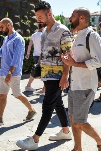 Weiße Leder niedrige Sneakers kombinieren: Casual-Outfits: trends 2020: Paaren Sie ein graues bedrucktes Kurzarmhemd mit einer schwarzen Chinohose für ein bequemes Outfit, das außerdem gut zusammen passt. Weiße Leder niedrige Sneakers fügen sich nahtlos in einer Vielzahl von Outfits ein.