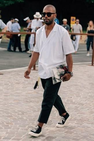 Schwarze und weiße Segeltuch niedrige Sneakers kombinieren: trends 2020: Erwägen Sie das Tragen von einem weißen Kurzarmhemd und einer dunkelblauen Chinohose für einen bequemen Alltags-Look. Komplettieren Sie Ihr Outfit mit schwarzen und weißen Segeltuch niedrigen Sneakers.
