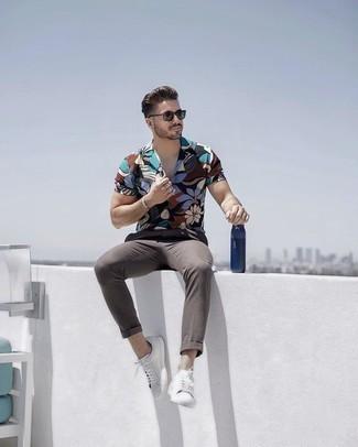 Weiße Leder niedrige Sneakers kombinieren für Sommer: trends 2020: Kombinieren Sie ein mehrfarbiges Kurzarmhemd mit Blumenmuster mit einer grauen Chinohose für ein bequemes Outfit, das außerdem gut zusammen passt. Weiße Leder niedrige Sneakers sind eine ideale Wahl, um dieses Outfit zu vervollständigen. So einfach kann ein toller Sommer-Look sein.